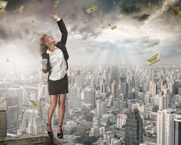 женщина над городом, деньги падают с неба