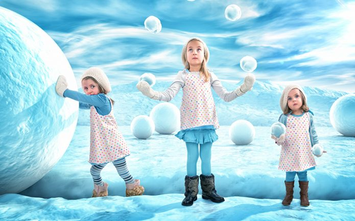 Девочки играют со снежками