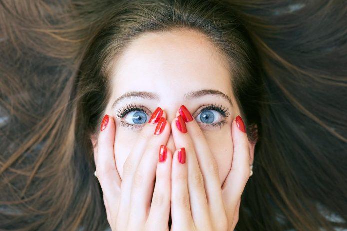 девушка прикрыла лицо руками, эмоции
