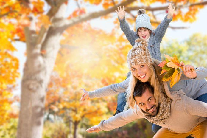 семья с ребёнком, осень, солнце