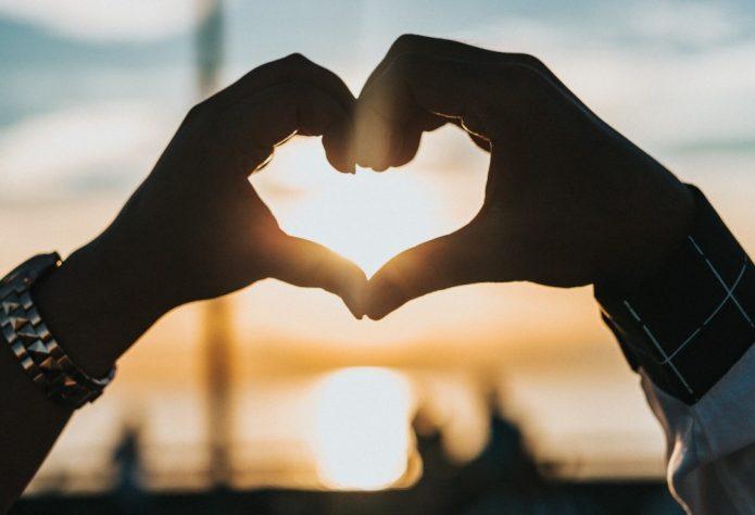руки в форме сердца, закат