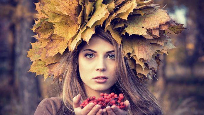 девушка в венке из осенних листьев