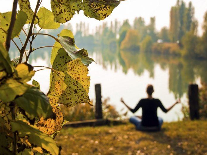 девушка, река, медитация, осень