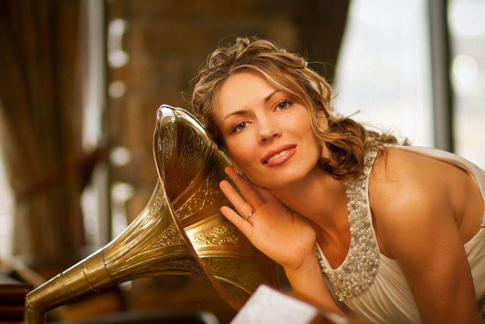 девушка слушает, граммофон