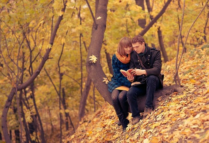 девушка и парень читают книгу, осенний пейзаж