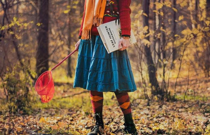 девушка в яркой одежде с сачком и книгой, осенний пейзаж