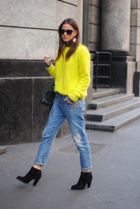Жёлтый свитер с потёртыми джинсами