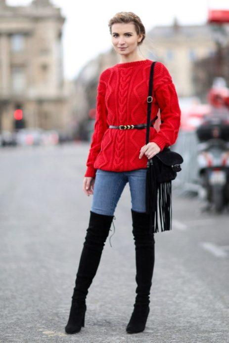 Красный свитер с поясом и джинсы скинни
