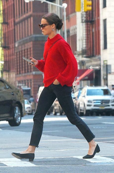 Красный свитер с темными джинсами