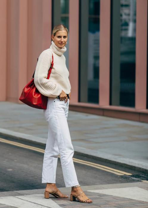 Белый свитер и джинсы