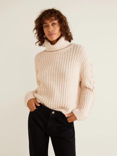 Светлый свитер и тёмные джинсы