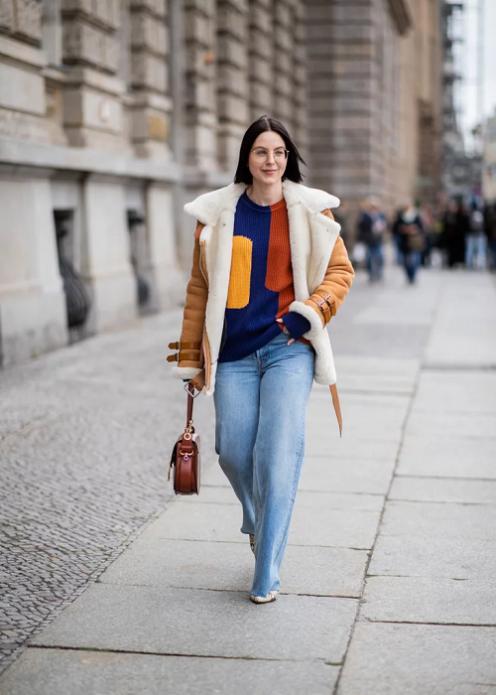 Яркий свитер со светлыми джинсами