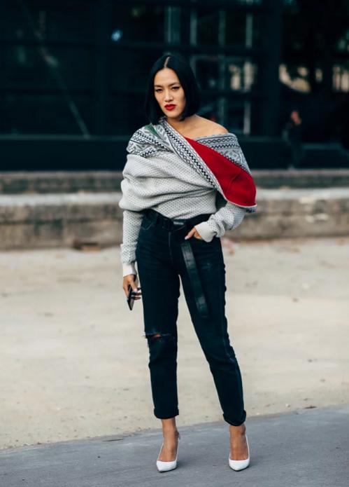 Серый свитер на одно плечо и тёмные джинсы