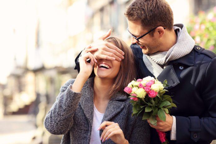 женщина, улыбка, мужчина с цветами, свидание