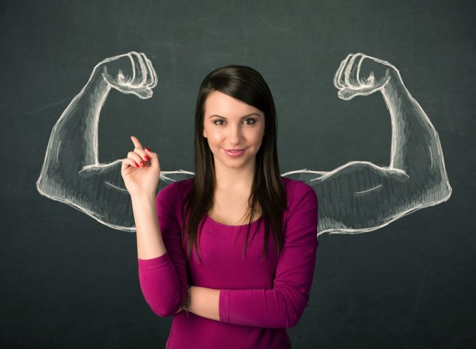 Хрупкая девушка с пририсованными мускулистыми руками