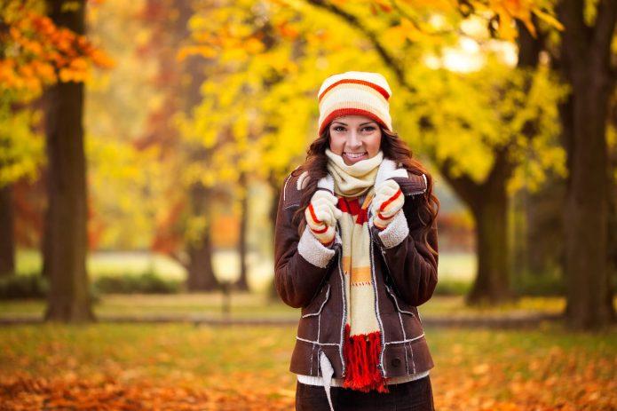 девушка в тёплой одежде, осень, уют, улыбка