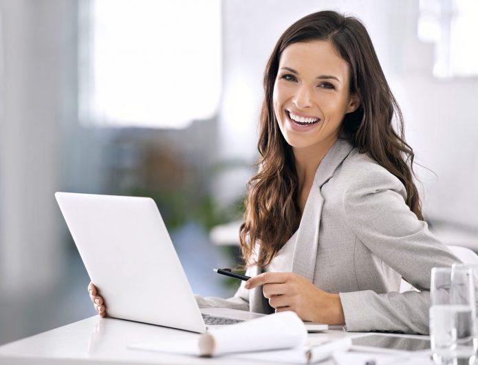 девушка за рабочим местом, стакан воды, ноутбук