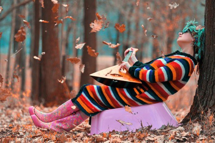 яркая девушка в резиновых сапогах с балалайкой, осень