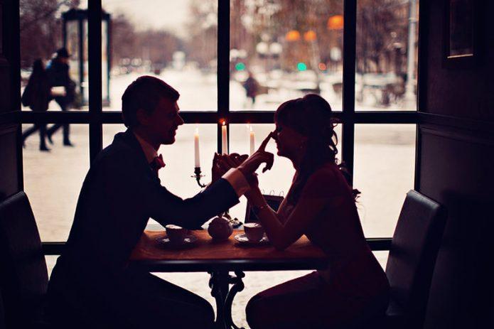 девушка и парень за стольком в кафе, свидание