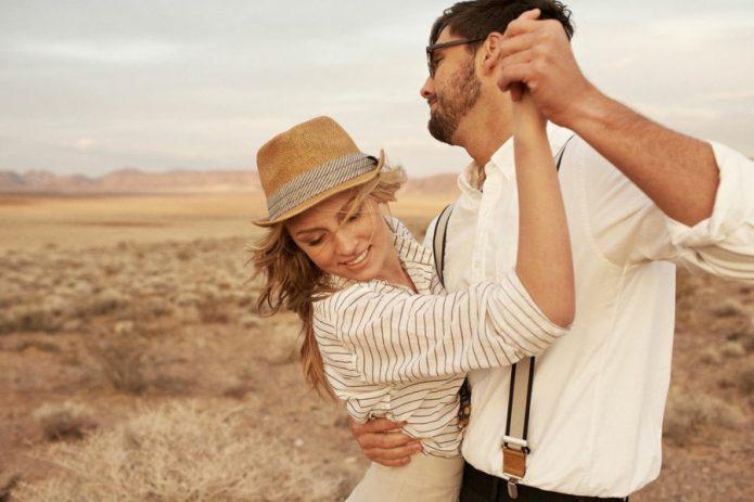 девушка и мужчина танцуют