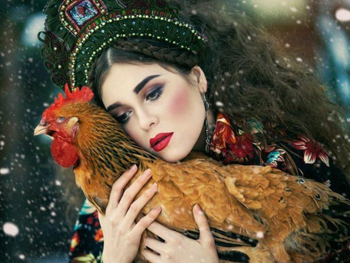 Фэнтезийное фото женщины с петухом