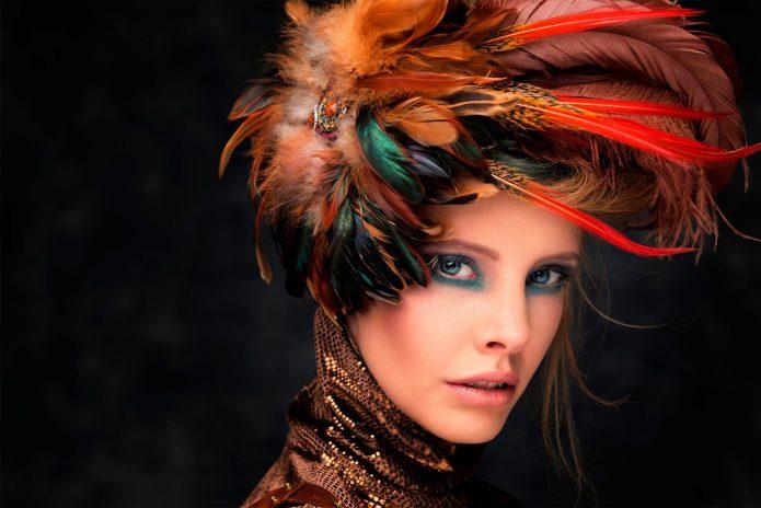 Женщина в головном уборе из петушиных перьев