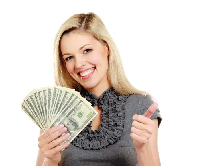 девушка с деньгами, улыбка, белый фон