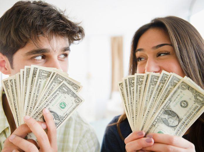 парень и девушка с деньгами