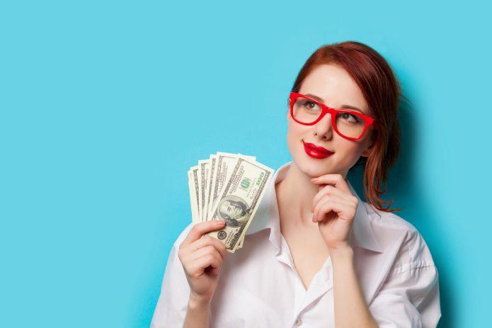 девушка в очках, деньги, голубой фон