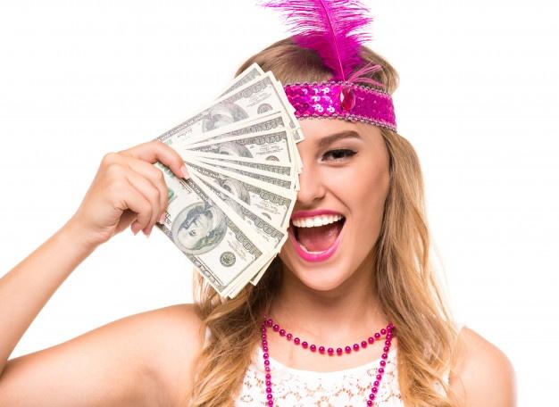яркая девушка с деньгами на белом фоне