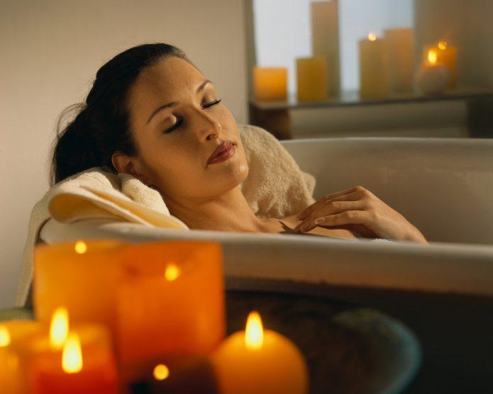 девушка принимает ванну, свечи