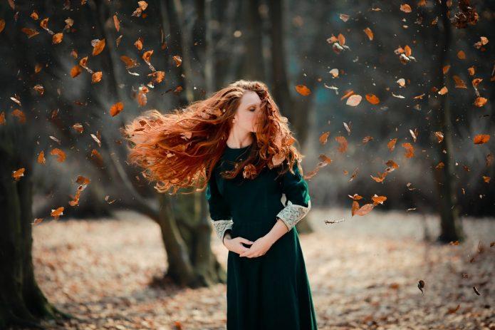 рыжая девушка, листва, осень