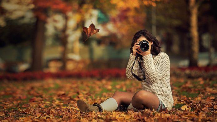 девушка с фотоаппаратом, осень