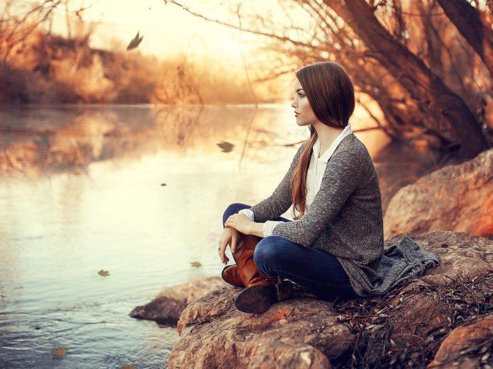 девушка у реки, безмятежность, осень