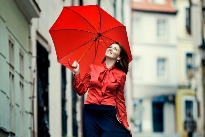 яркая девушка с красным зонтом