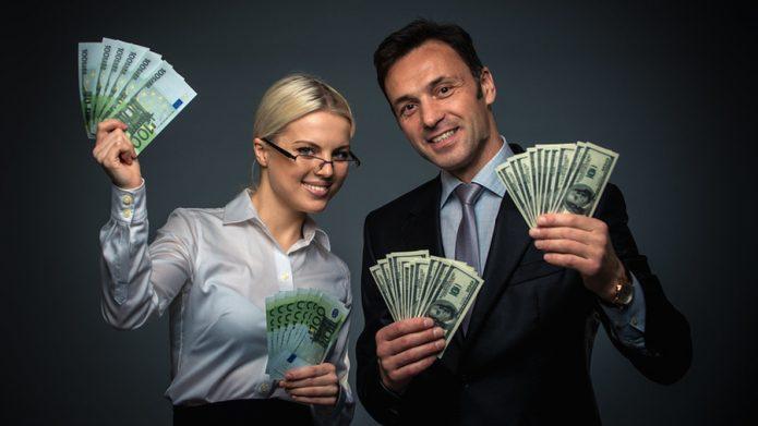 мужчина и девушка с деньгами