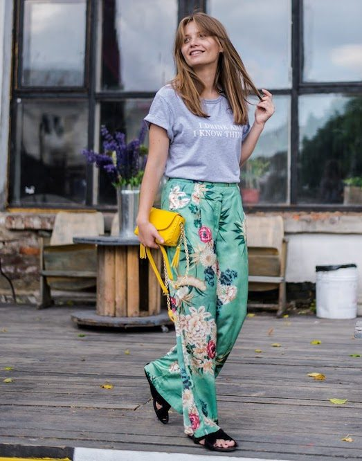 Одежда в пижамном стиле: брюки и футболка
