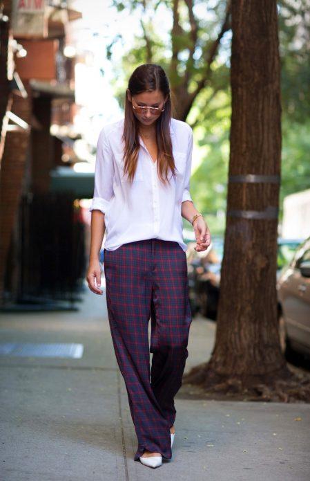 Клетчатые брюки в пижамном стиле в сочетании с белой блузой