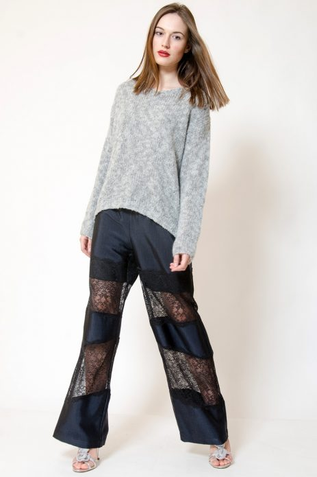 Брюки в пижамном стиле с кружевными вставками в сочетании со свитером