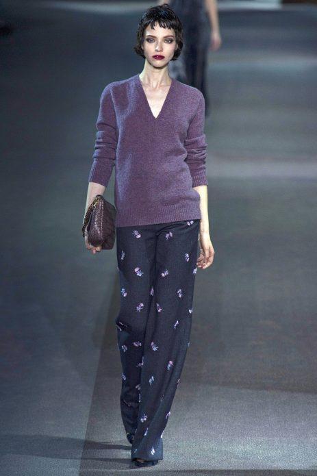 Тёмные брюки в пижамном стиле в сочетании с пуловером