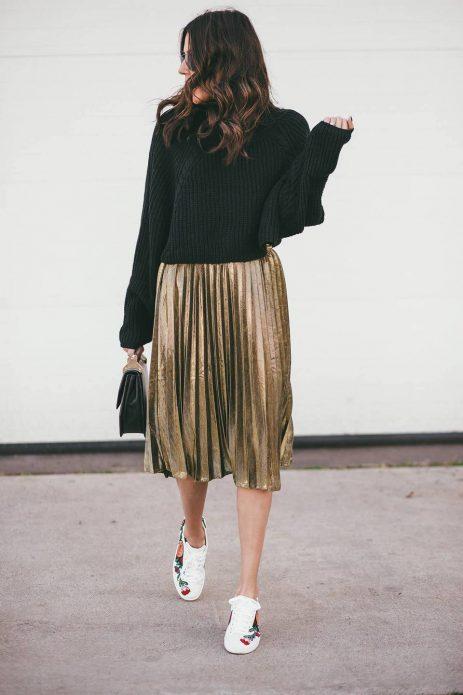 Плиссированная юбка и короткий свитер