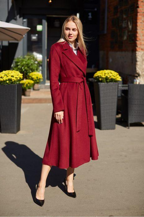 Красное пальто и туфли лодочки