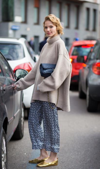 Укороченные брюки в пижамном стиле в сочетании со свободным свитером