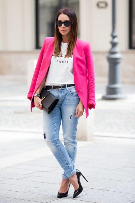 Джинсы и розовый пиджак