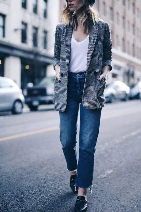 Классические джинсы и клетчатый пиджак