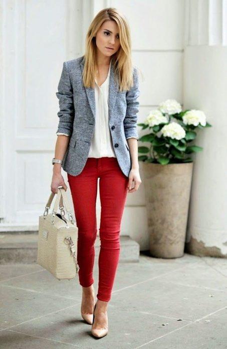 Красные облегающие джинсы и серый пиджак
