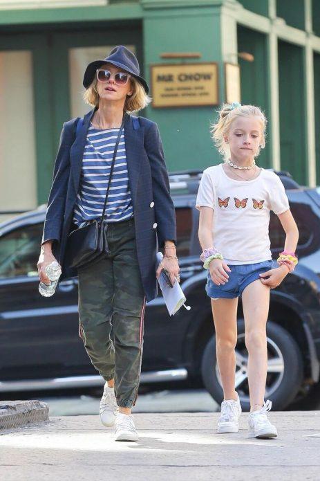 Наоми Уоттс одевает сына как девочку