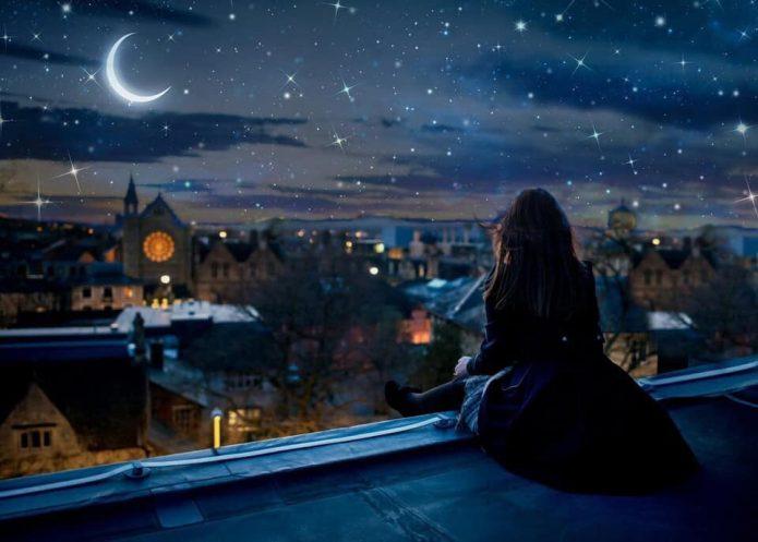 девушка на крыше, луна, звёзды