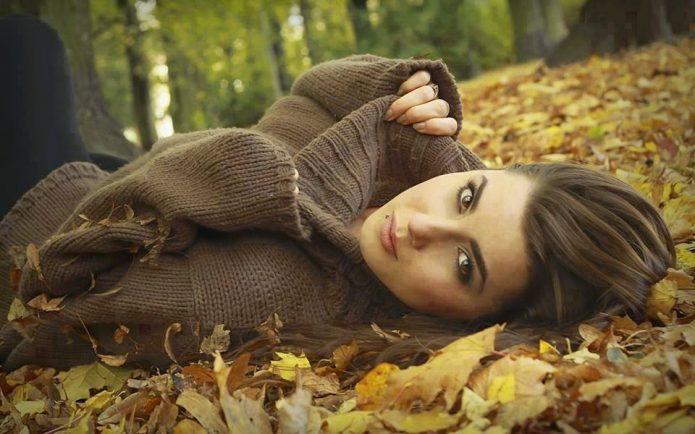 девушка лежит на осенней листве, природа