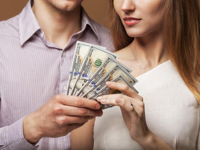 девушка и мужчина, деньги